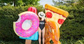 Drijven in het zwembad op een stuk pizza