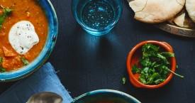 Afghaanse groentesoep met rode linzen, pitabrood en yoghurt