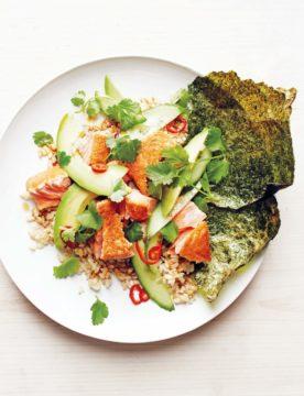 Bruine rijst met zalm, avocado en geroosterde nori