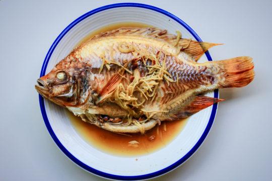 Gestoomde hele vis met gember