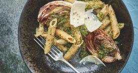 Geroosterde radicchio met pasta en salie-walnootpesto