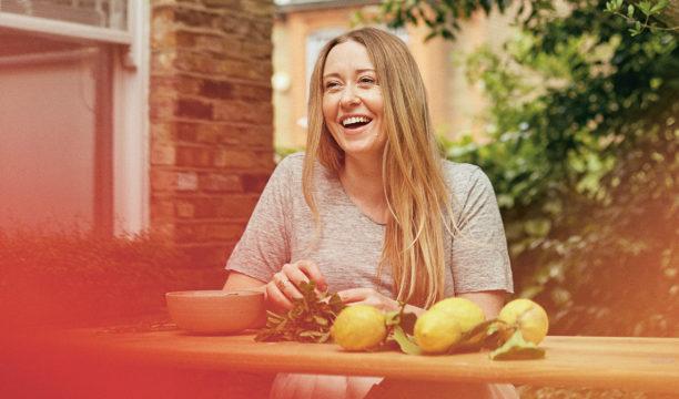Anna Jones de auteur van het kookboek Vegetarisch het jaar door