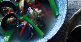 Heldere bouillon met venusschelpen jogae-tang