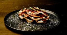 Zoete aardappelchips met hangop