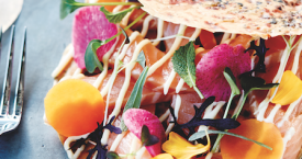 Kruidenpizza met zalm en wasabimayonaise