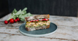 Sandwich met vegan kikkererwtensalade