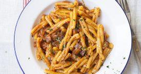 Strozzapreti met tomatensaus en gestoofde pancetta