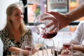 Zoldering wijn uitschenken