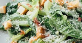Caesar salad met geroosterde knoflook