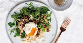 Kruidensalade met gort, paddenstoelen en gepocheerd ei