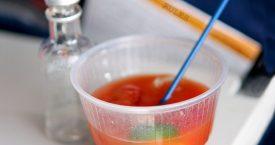 Waarom we in een vliegtuig anders drinken (en eten)