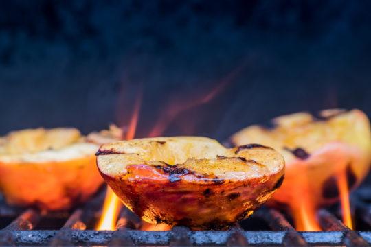 gegrilde perzik op de barbecue