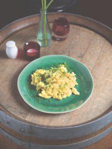 spätzle met ei op een groen bord op een ronde tafel