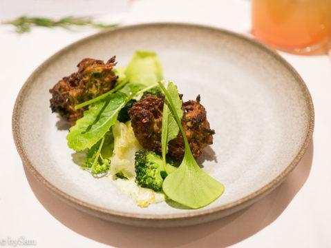 Beignets van courgette met sojayoghurt en broccoli